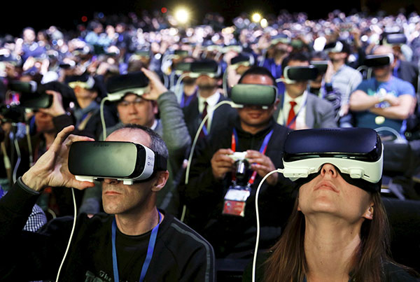 UNa multitud usando las Samsung GearVR en el Mobile World Congress de Barcelona